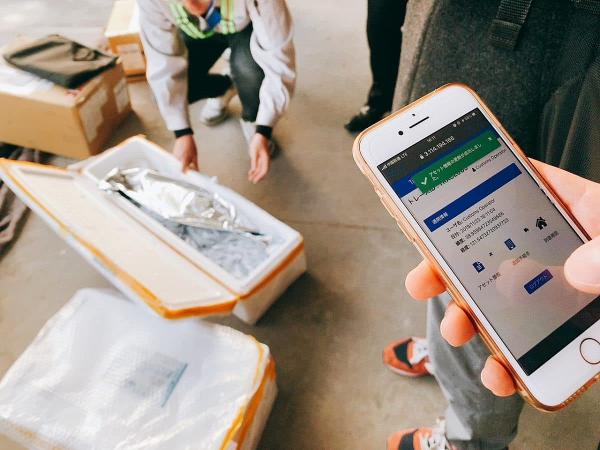 スマートフォンで二次元コードを読み込み輸送情報を記録